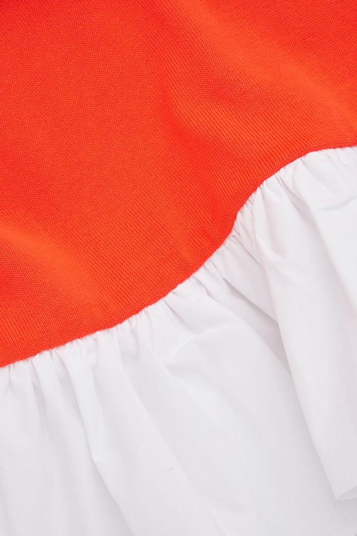 COS 우븐 플리츠 니티드 드레스의 파이어 오렌지, 화이트컬러 Detail입니다.