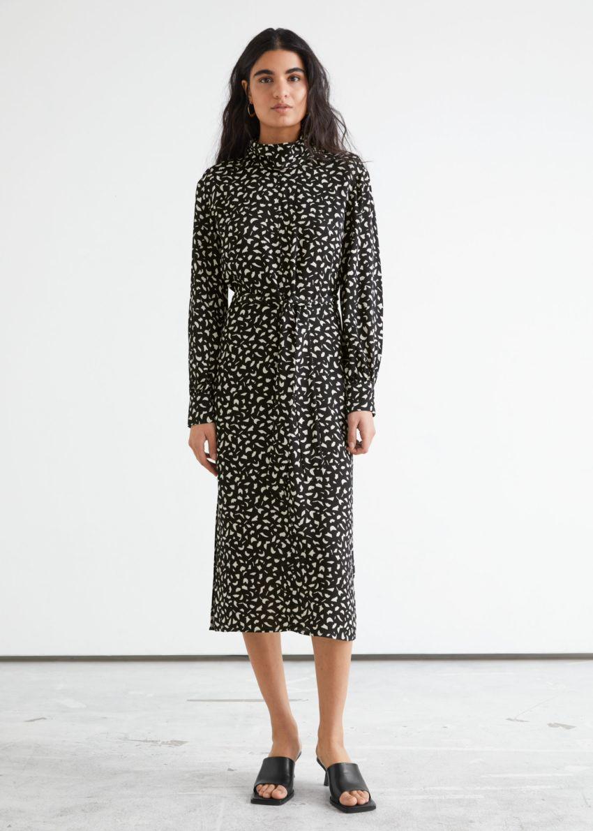 앤아더스토리즈 벨티드 터틀넥 미디 드레스의 블랙컬러 ECOMLook입니다.