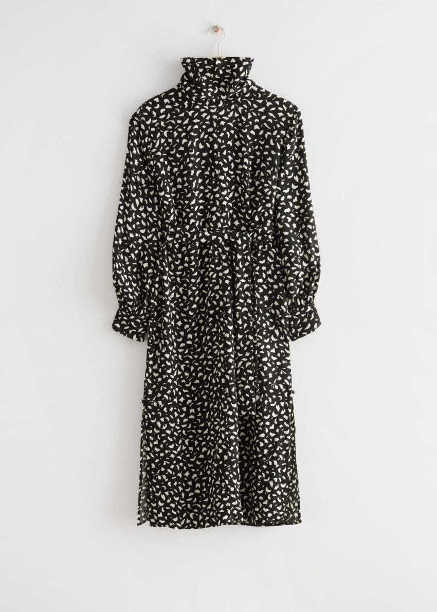 앤아더스토리즈 벨티드 터틀넥 미디 드레스의 블랙컬러 Product입니다.
