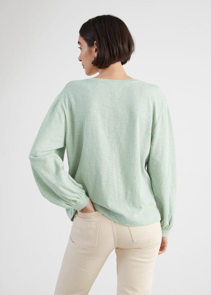 앤아더스토리즈 릴렉스드 롱 슬리브 티셔츠의 라이트 그린컬러 ECOMLook입니다.