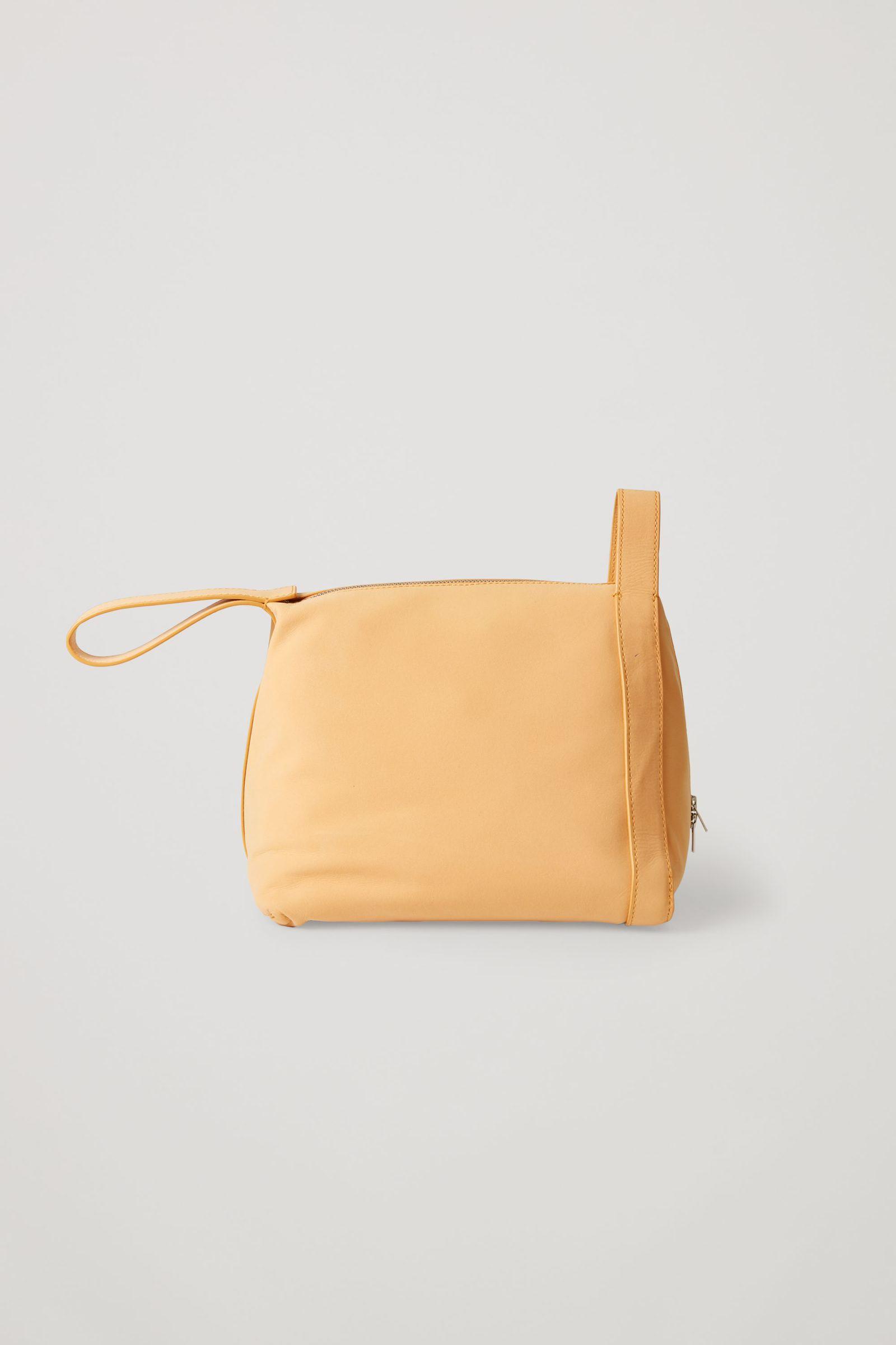 COS 레더 미니 토트백의 라이트 오렌지컬러 Product입니다.