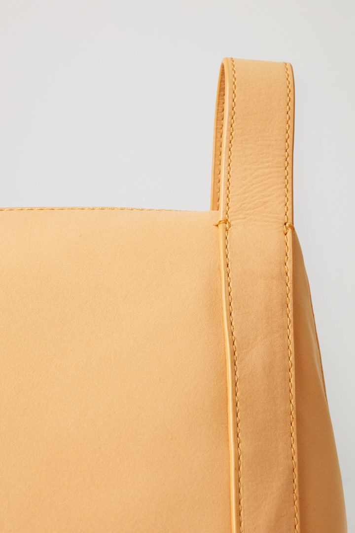 COS 레더 미니 토트백의 라이트 오렌지컬러 Detail입니다.
