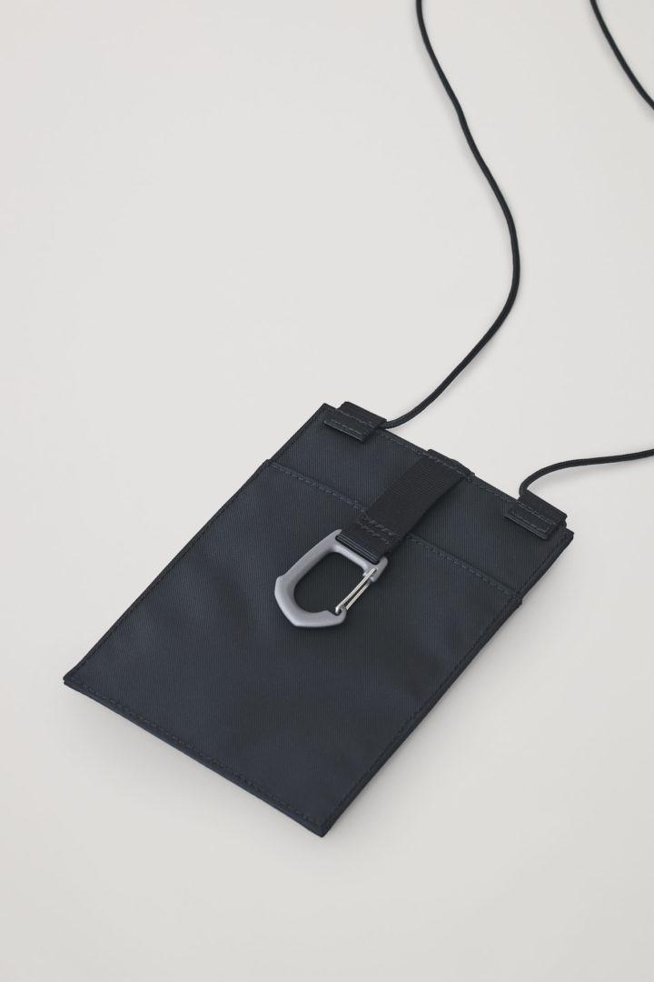 COS 리사이클 테크니컬 아이폰 11 파우치 의 블랙컬러 Product입니다.