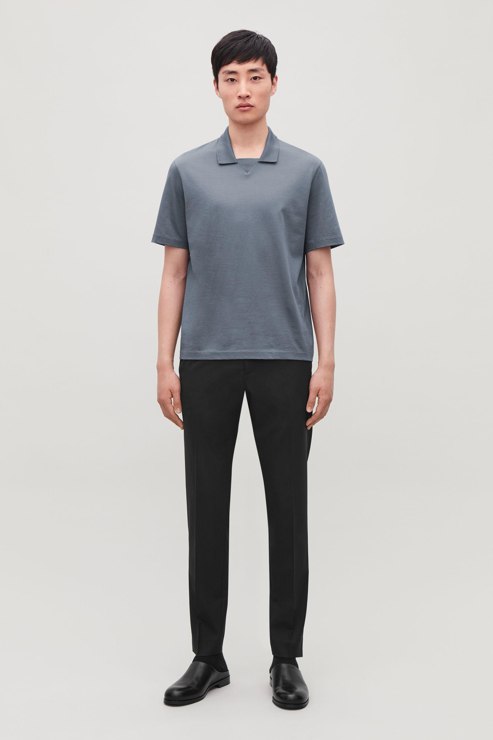COS 저지 폴로 셔츠의 그레이컬러 모델컷입니다.