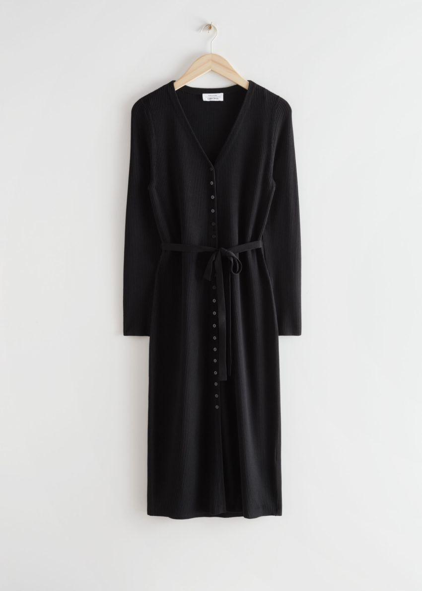 앤아더스토리즈 벨티드 가디건 미디 드레스의 블랙컬러 Product입니다.