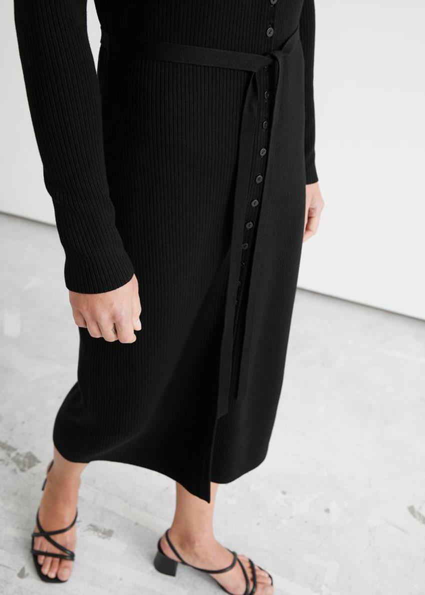 앤아더스토리즈 벨티드 가디건 미디 드레스의 블랙컬러 ECOMLook입니다.