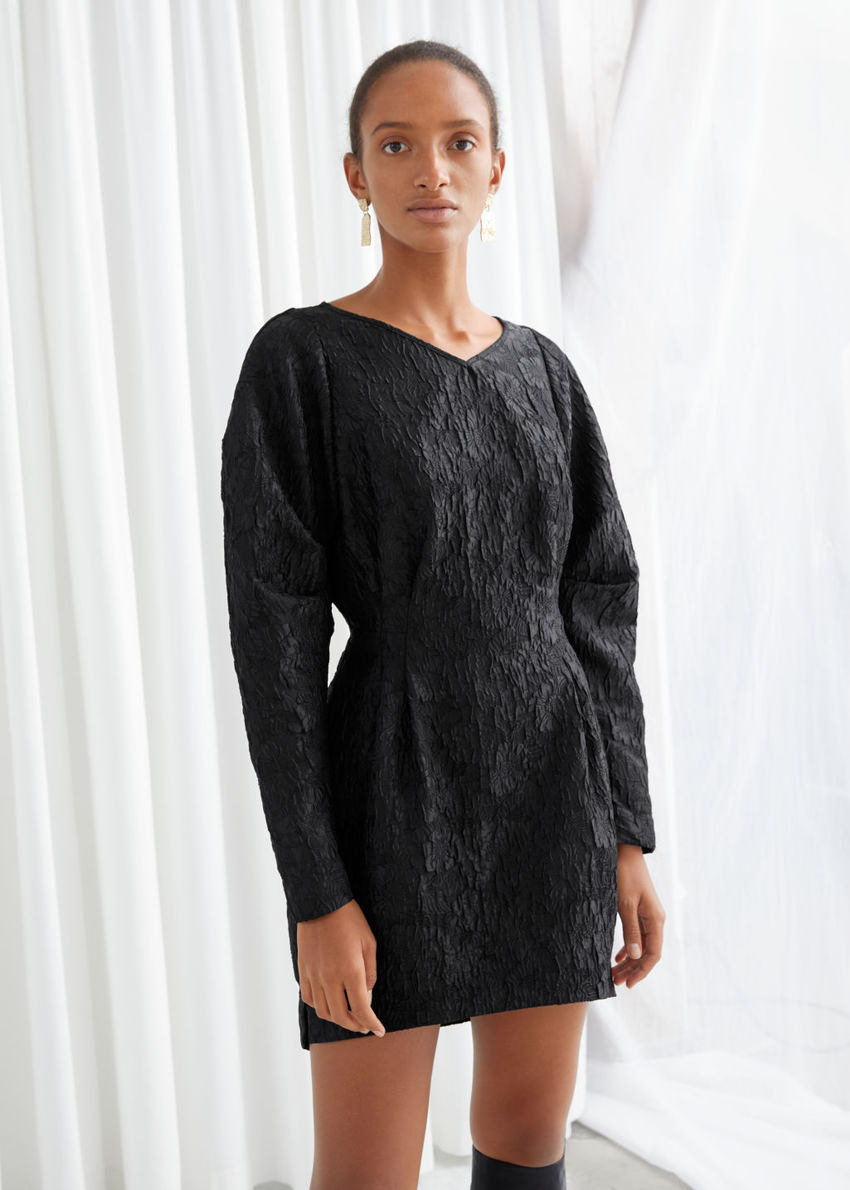 앤아더스토리즈 스트럭처드 플로럴 자카드 미니 드레스의 블랙컬러 ECOMLook입니다.