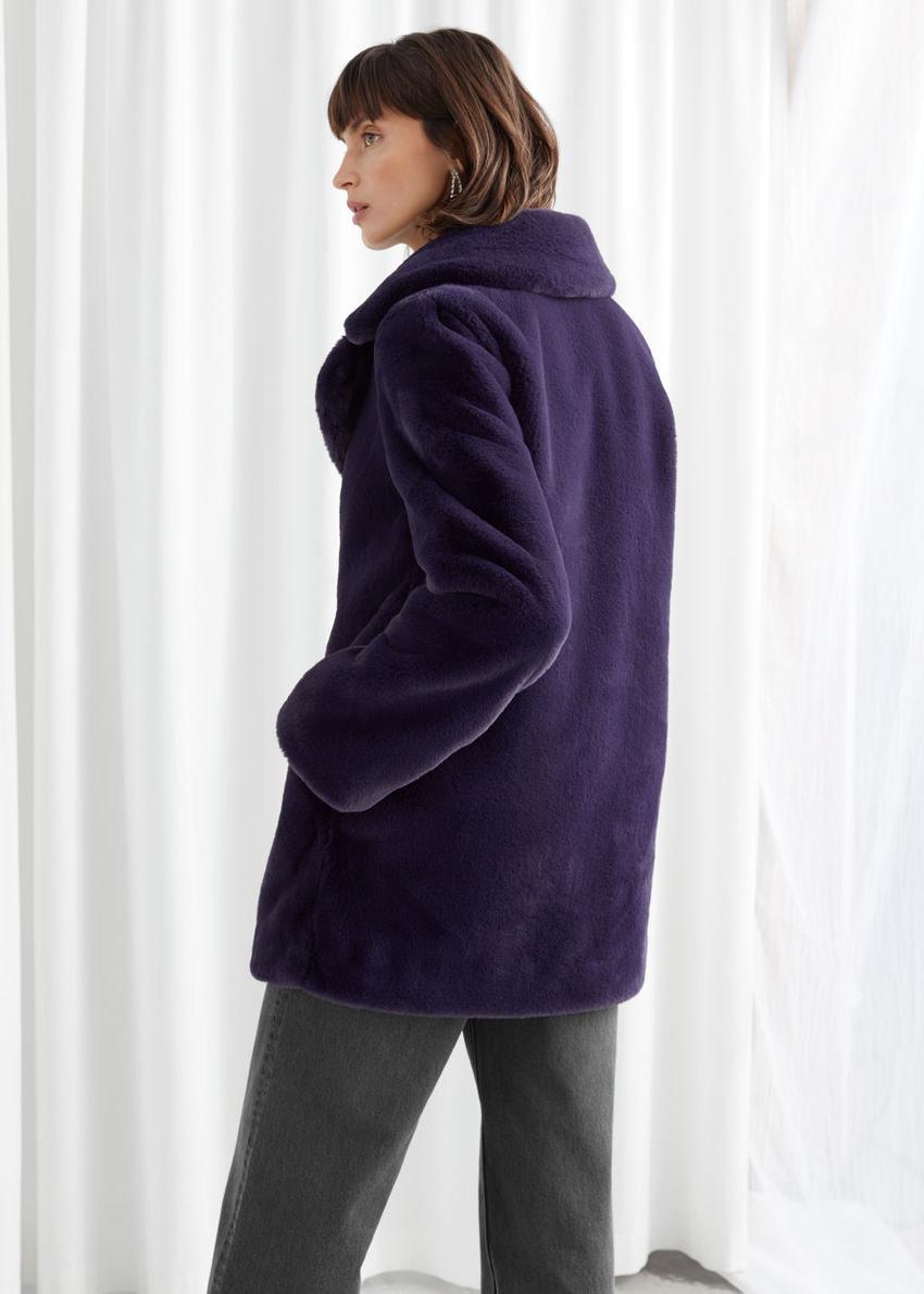 앤아더스토리즈 쇼트 Faux 퍼 코트의 다크 블루컬러 ECOMLook입니다.