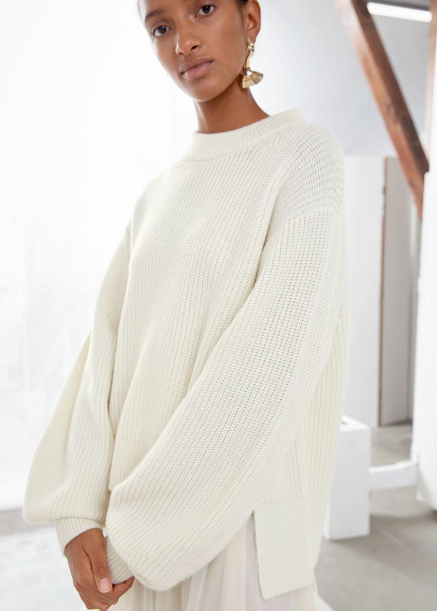 앤아더스토리즈 사이드 스플릿 울 블렌드 스웨터의 화이트컬러 ECOMLook입니다.