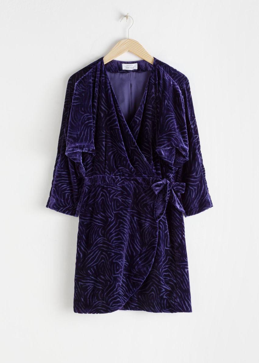 앤아더스토리즈 벨벳 랩 드레스의 다크 블루컬러 Product입니다.