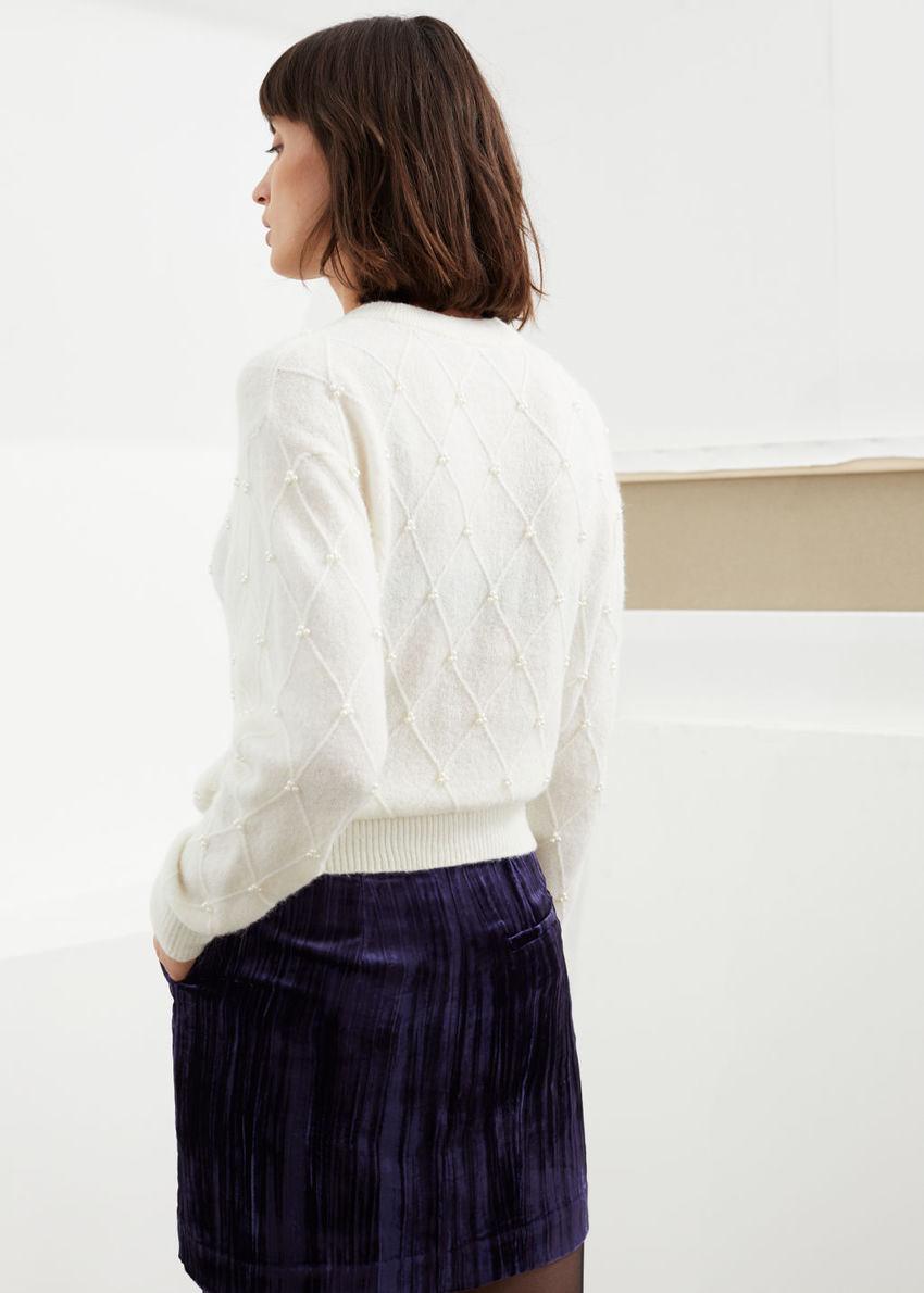 앤아더스토리즈 펄 엠벨리시드 다이아몬드 니트 스웨터의 화이트컬러 ECOMLook입니다.