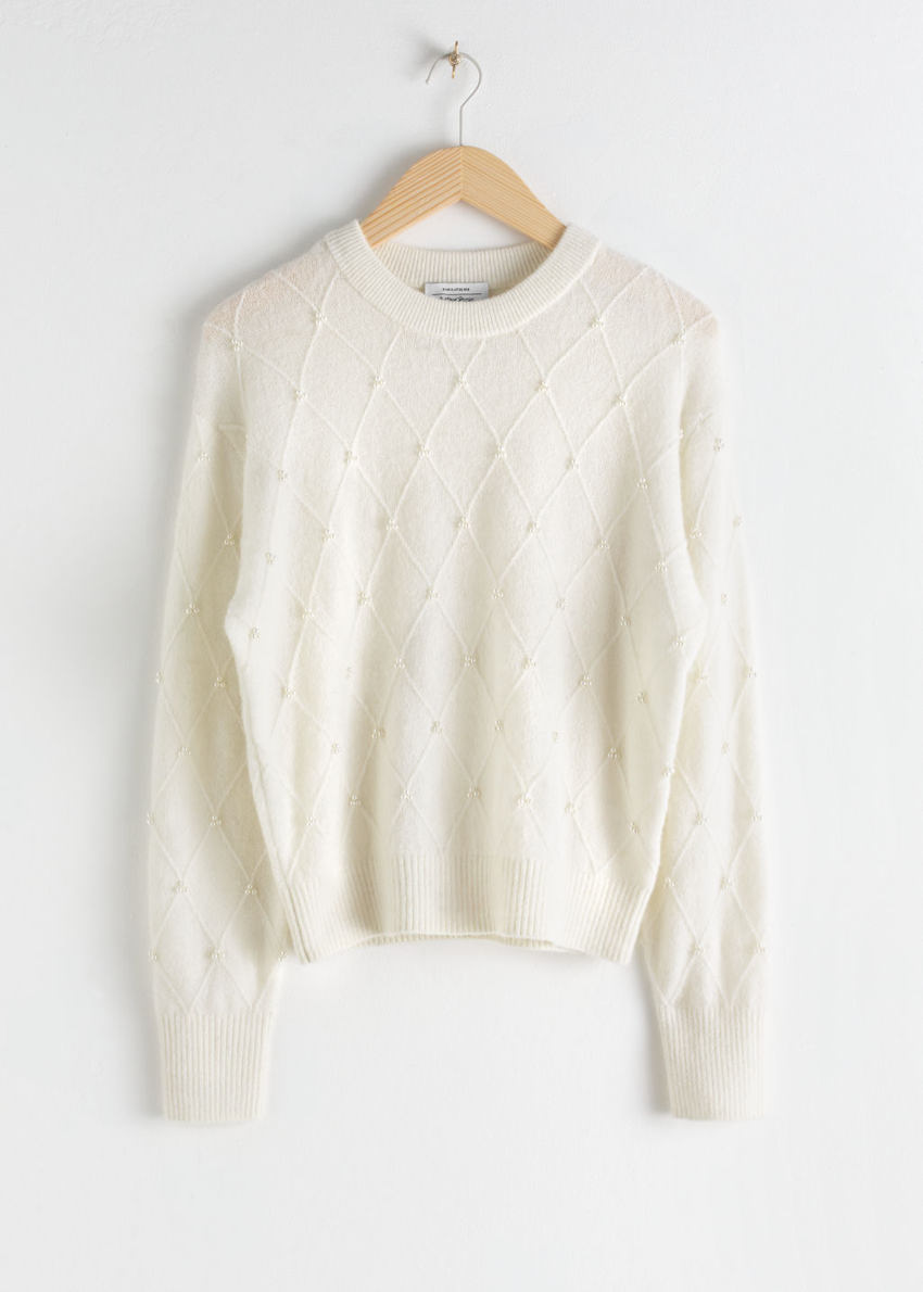 앤아더스토리즈 펄 엠벨리시드 다이아몬드 니트 스웨터의 화이트컬러 Product입니다.