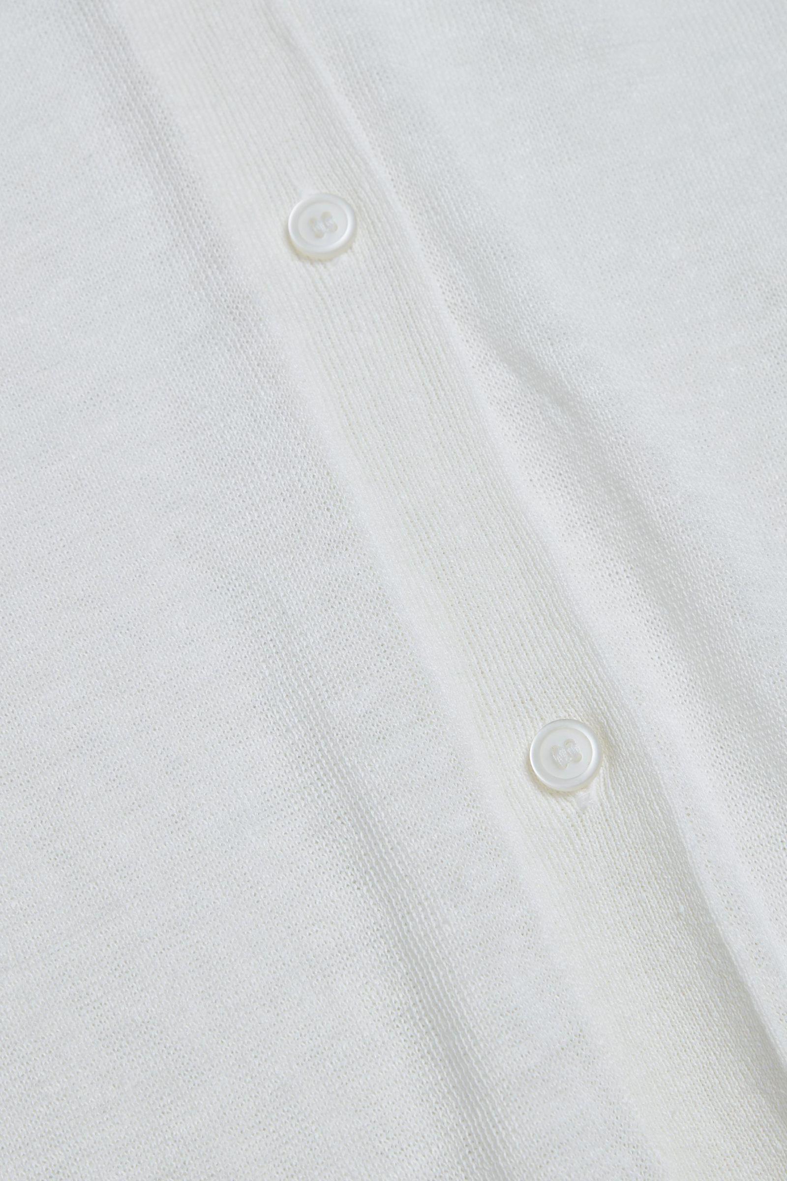 COS 롱 리넨 실크 가디건의 화이트컬러 Detail입니다.