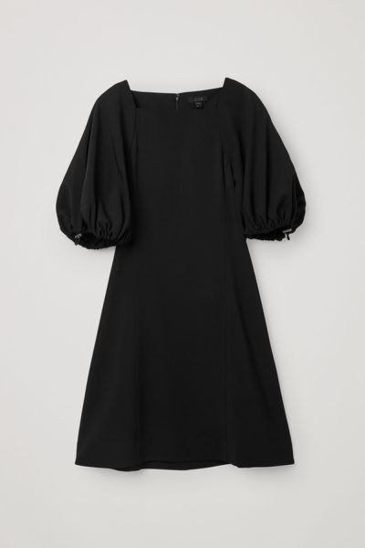 COS hover image 2 of 블랙 in A라인 드로우코드 퍼프 슬리브 드레스