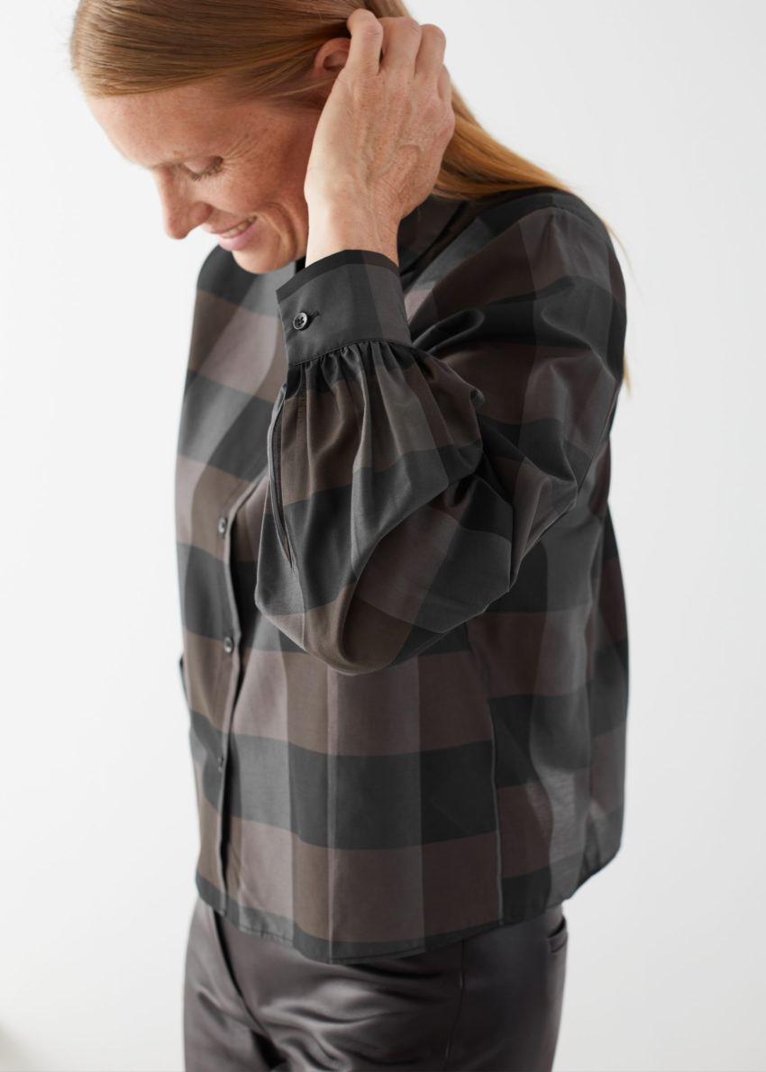 앤아더스토리즈 박시 버튼 업 셔츠의 브라운 체크컬러 ECOMLook입니다.