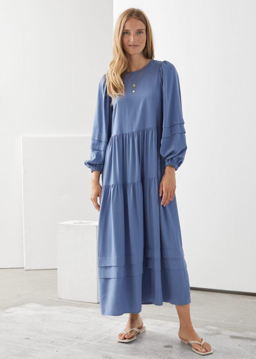 앤아더스토리즈 볼류미너스 티어드 미디 드레스의 블루컬러 ECOMLook입니다.