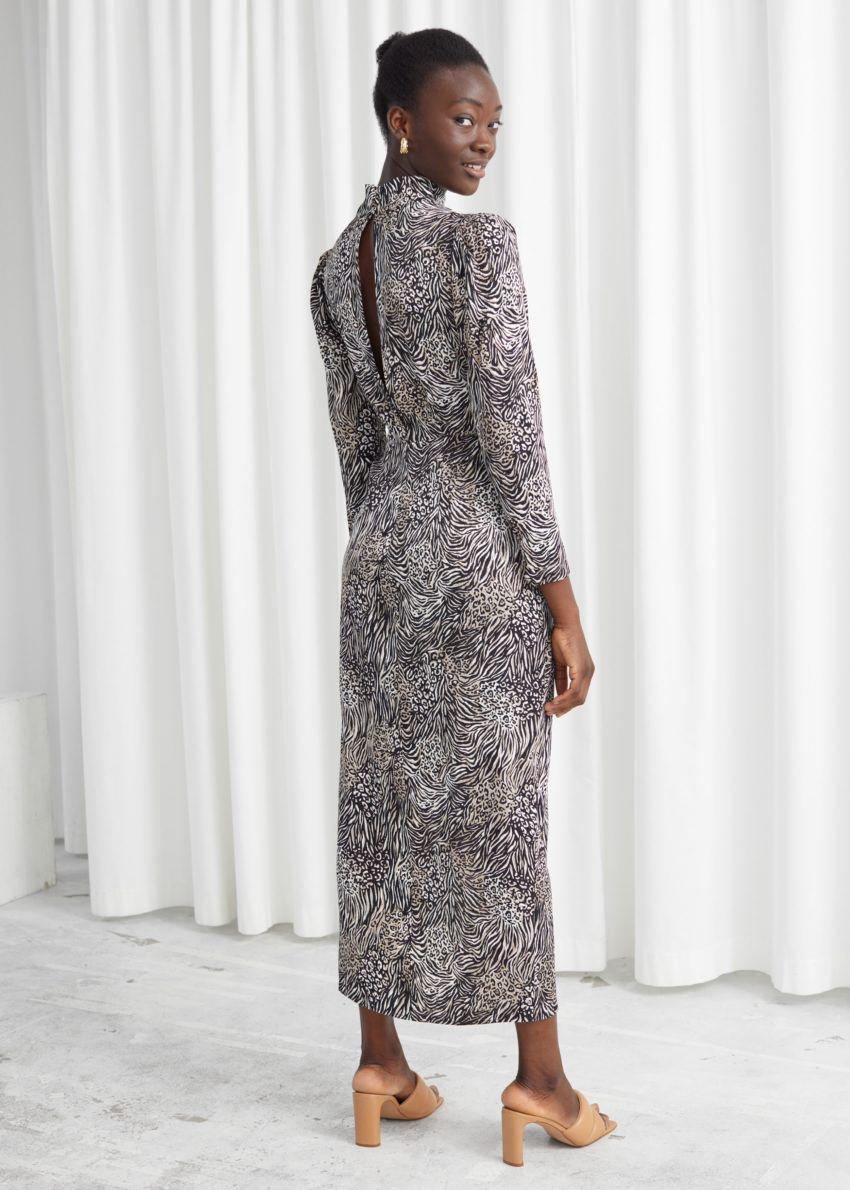 앤아더스토리즈 자카드 퍼프 슬리브 미디 드레스의 블랙 프린트컬러 ECOMLook입니다.