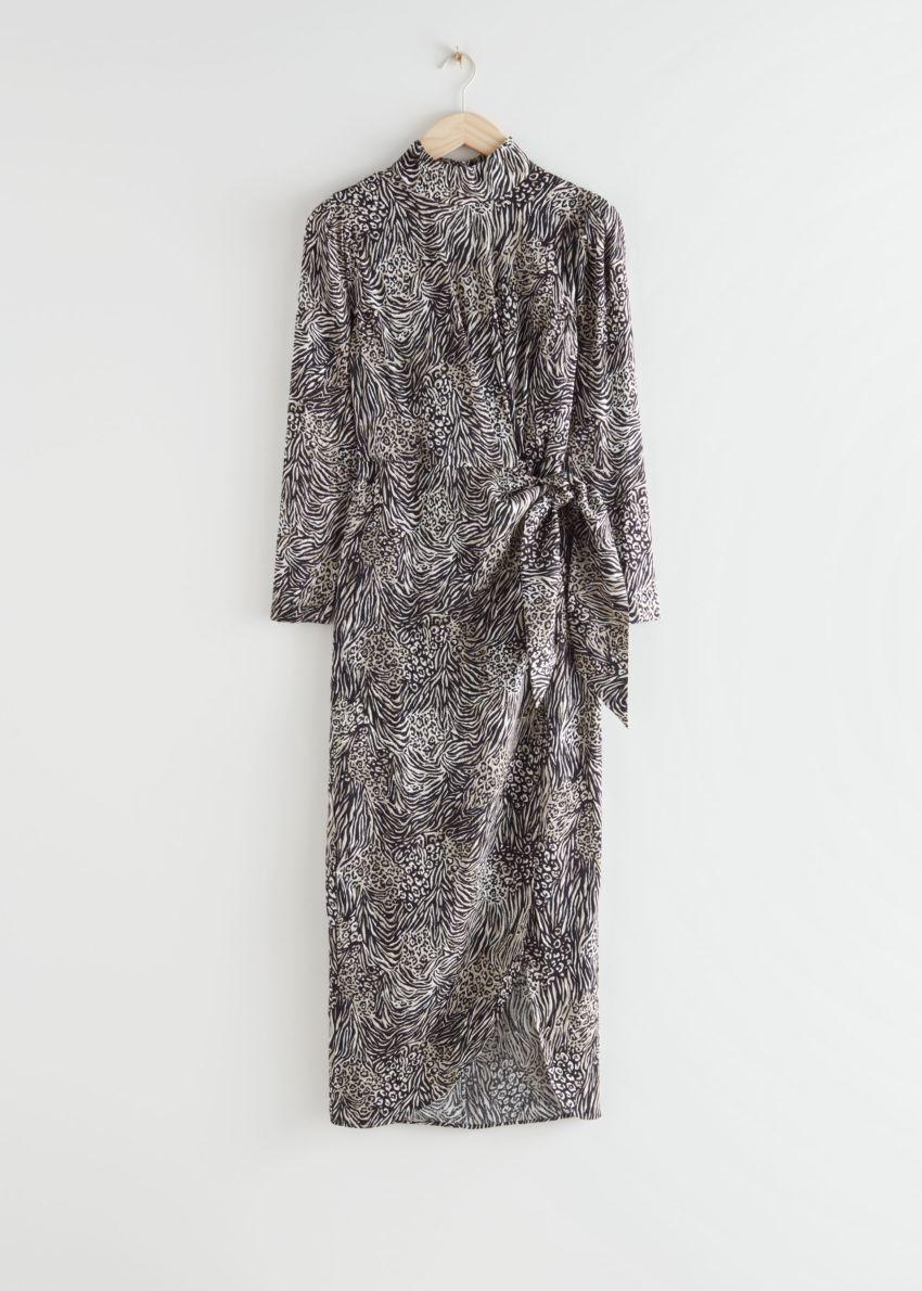 앤아더스토리즈 자카드 퍼프 슬리브 미디 드레스의 블랙 프린트컬러 Product입니다.