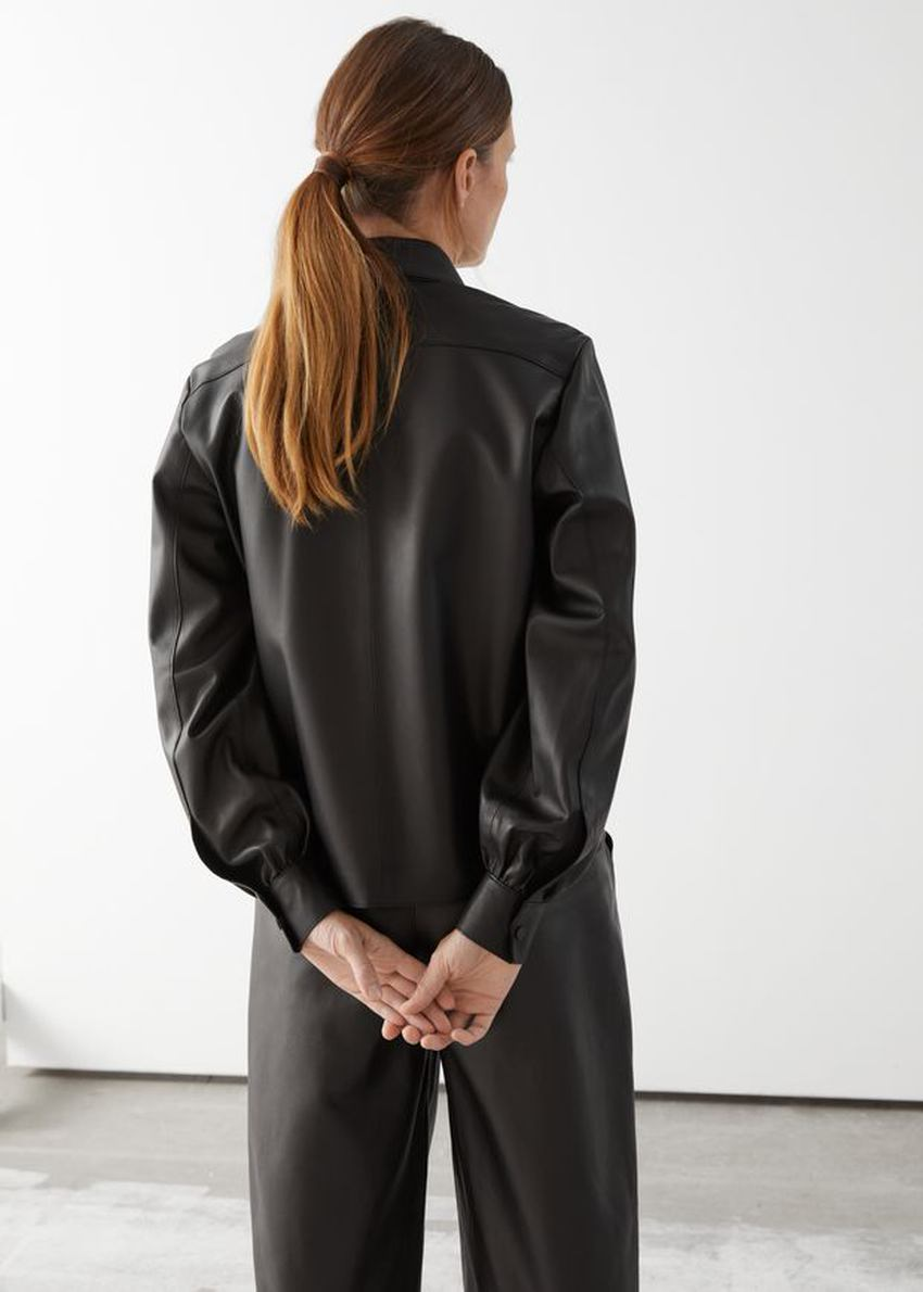 앤아더스토리즈 스트레이트 레더 셔츠의 블랙컬러 ECOMLook입니다.