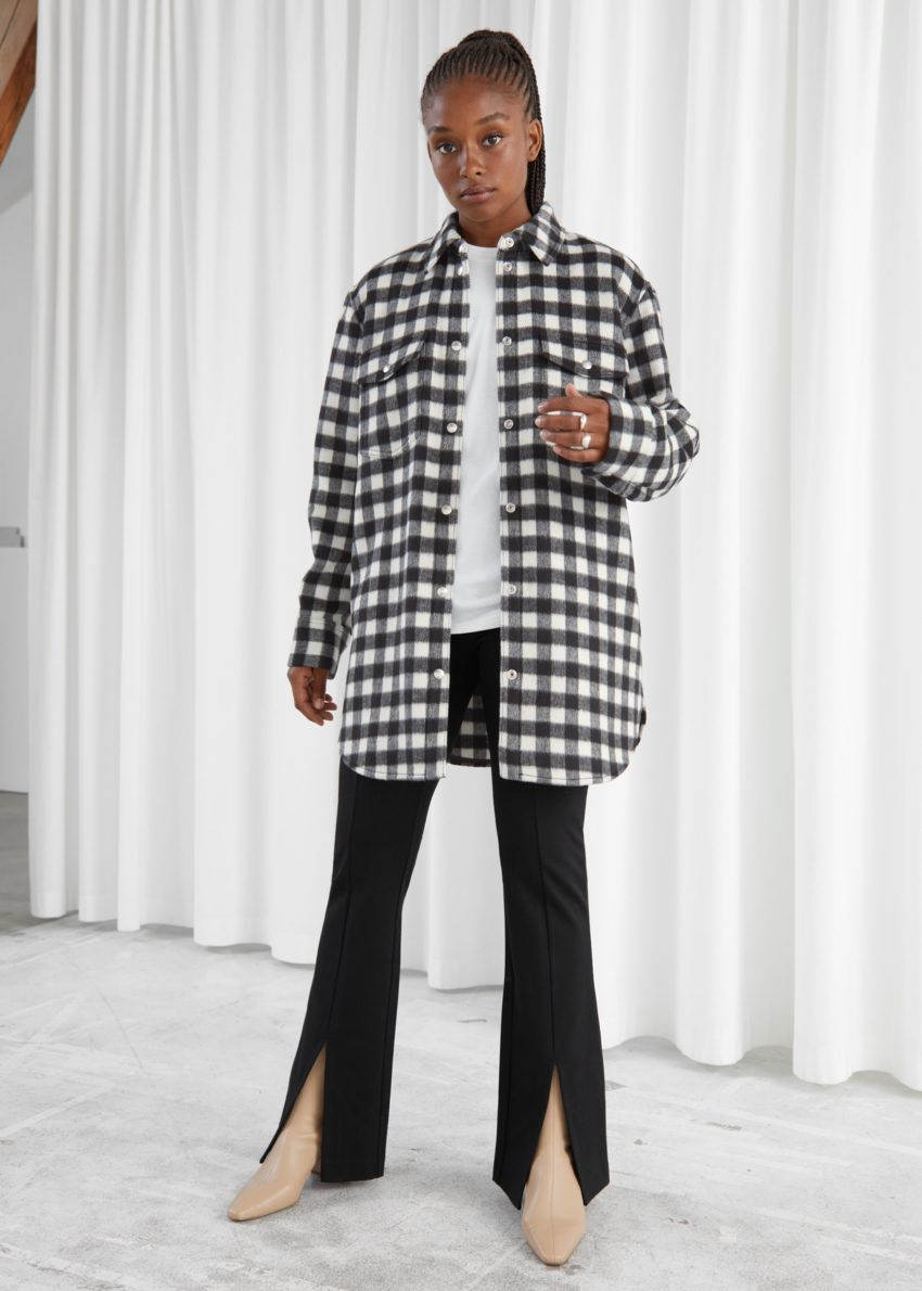 앤아더스토리즈 오버사이즈 벨티드 셔츠 재킷의 블랙 체크컬러 ECOMLook입니다.