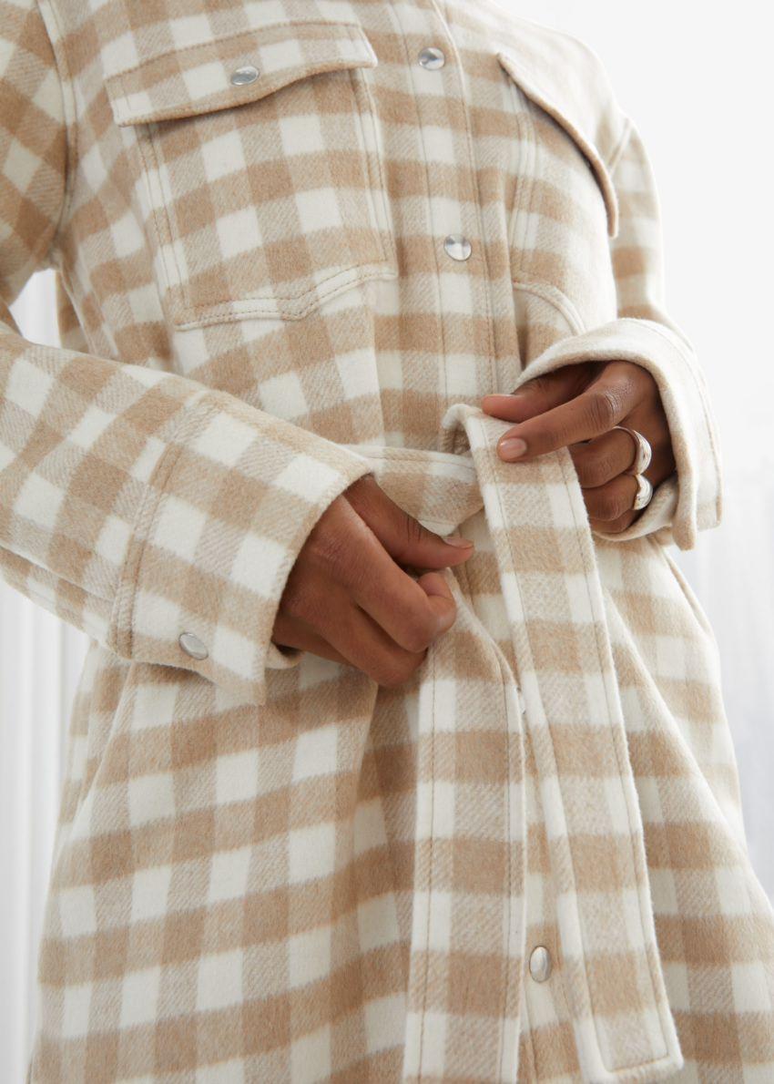 앤아더스토리즈 오버사이즈 벨티드 셔츠 재킷의 베이지 체크컬러 ECOMLook입니다.