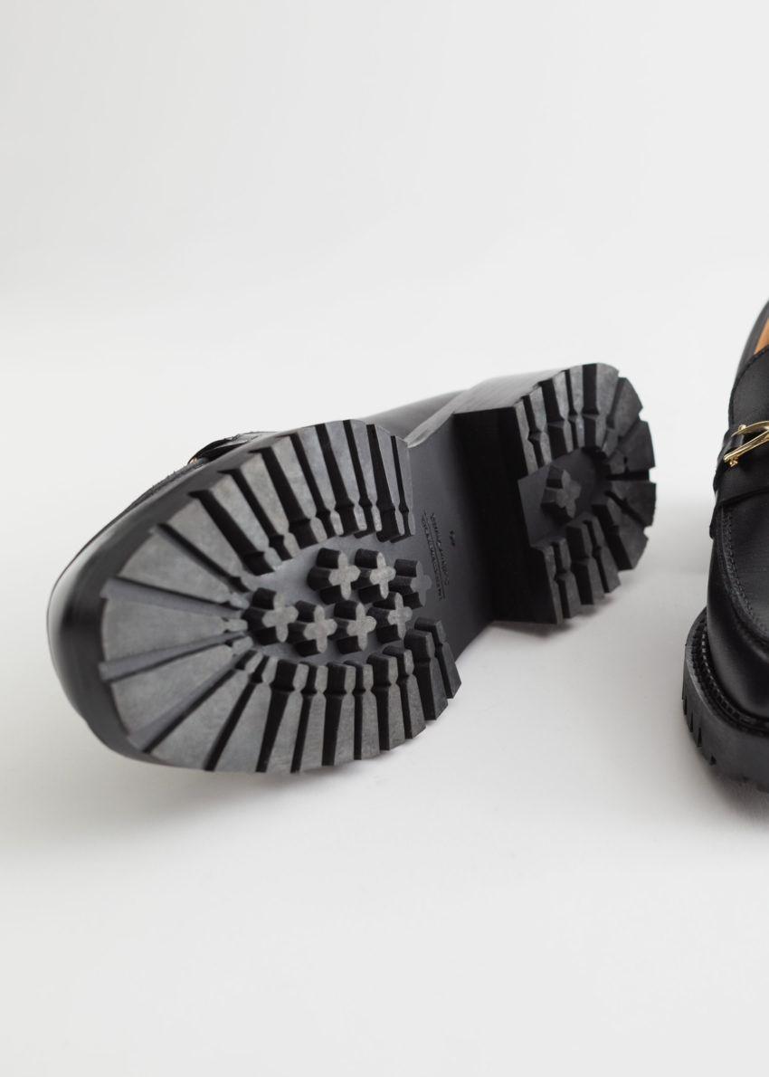 앤아더스토리즈 로프 체인 레더 로퍼의 블랙컬러 Detail입니다.