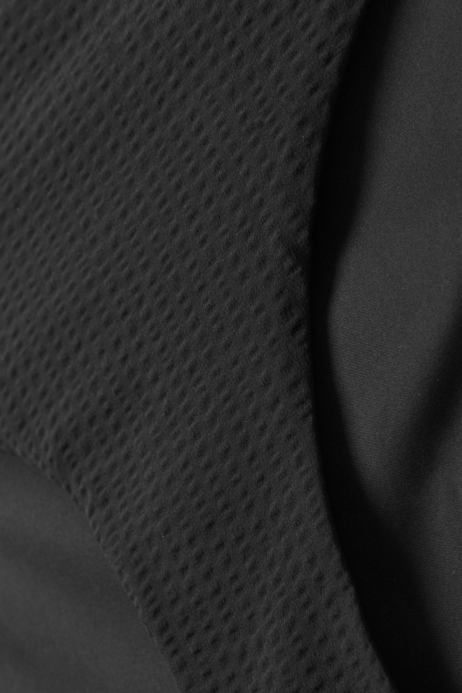 COS 슬림 비키니 바텀의 블랙컬러 Detail입니다.