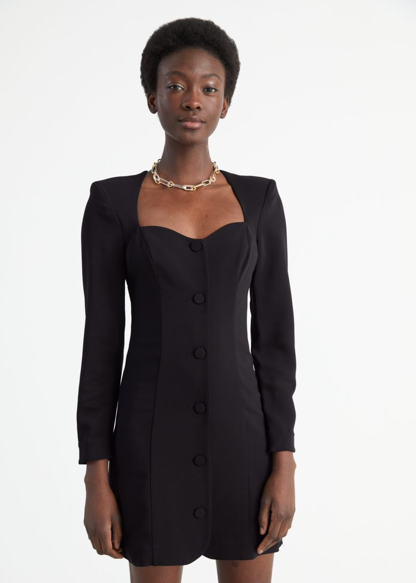 앤아더스토리즈 버튼 스위트하트 넥 패드 숄더 미니 드레스의 블랙컬러 ECOMLook입니다.