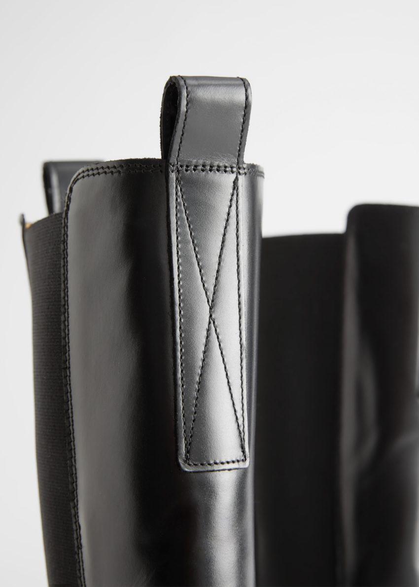 앤아더스토리즈 톨 레더 첼시 부츠의 블랙컬러 Detail입니다.