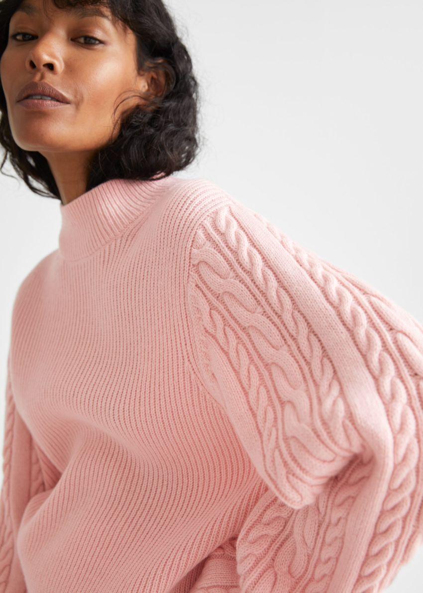 앤아더스토리즈 박시 케이블 니트 스웨터의 핑크컬러 ECOMLook입니다.