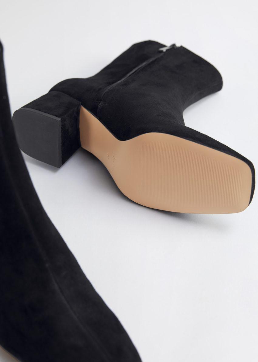 앤아더스토리즈 블록 힐 레더 앵클 부츠의 블랙컬러 Product입니다.