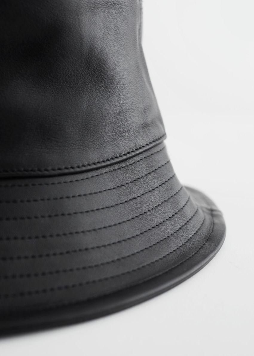 앤아더스토리즈 레더 버켓 햇의 블랙컬러 Detail입니다.