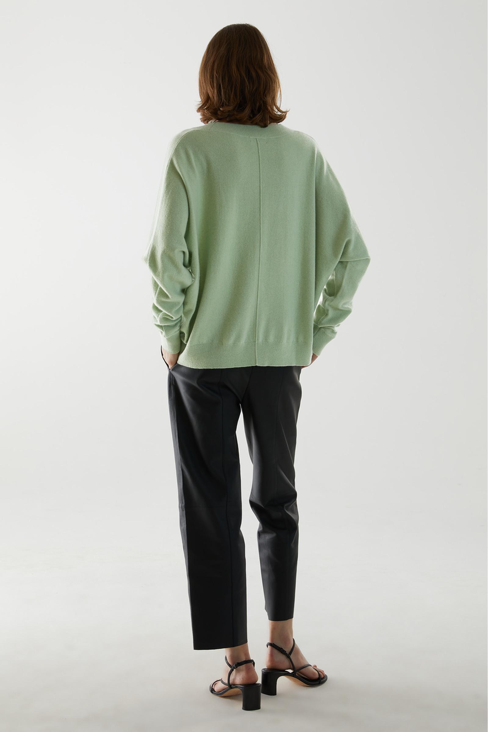 COS 릴랙스드 캐시미어 스웨터의 그린컬러 ECOMLook입니다.