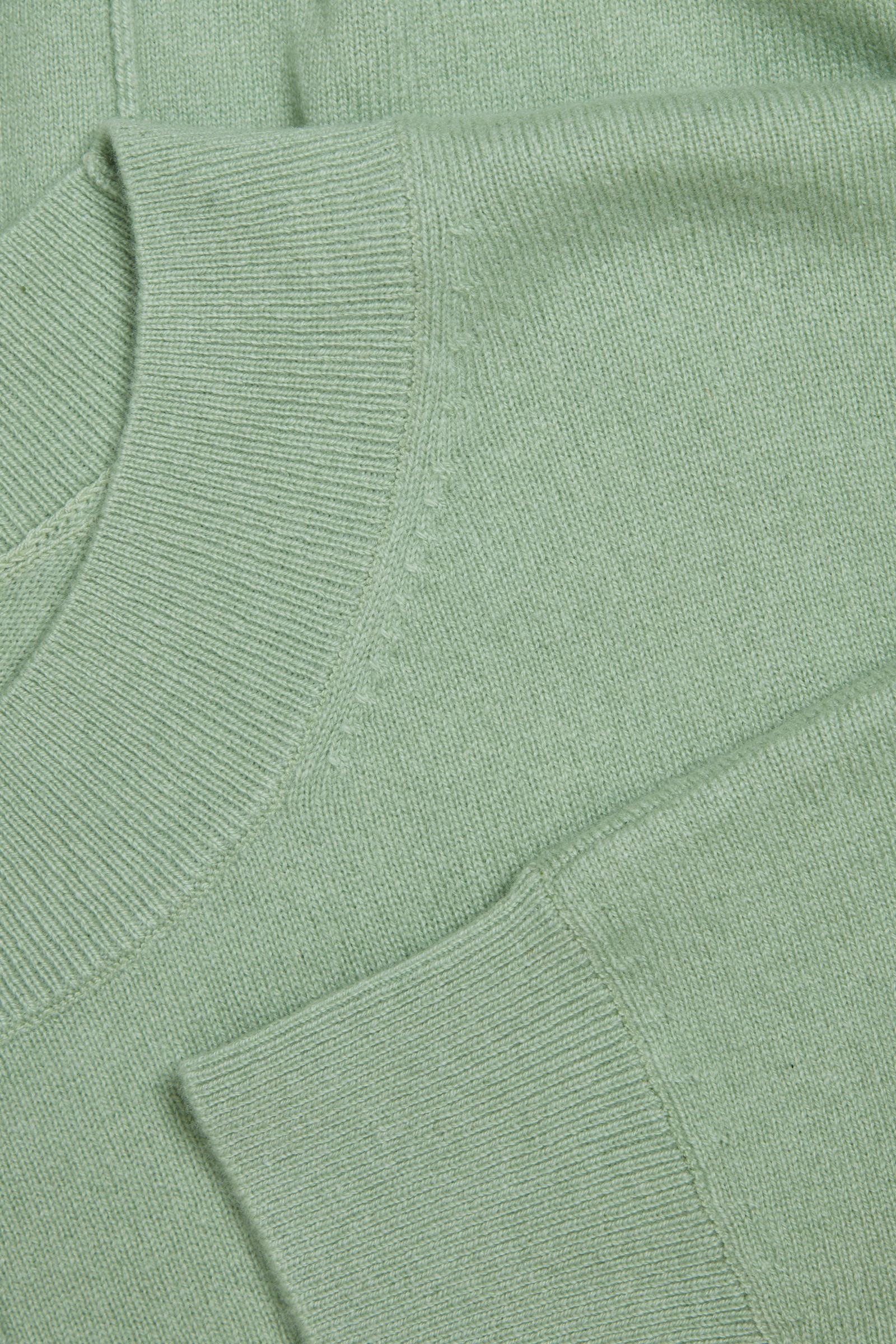 COS 릴랙스드 캐시미어 스웨터의 그린컬러 Detail입니다.
