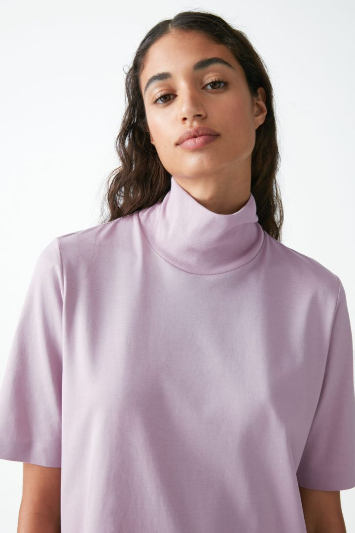 COS 코튼 롤넥 티셔츠 드레스의 라이트 퍼플컬러 ECOMLook입니다.