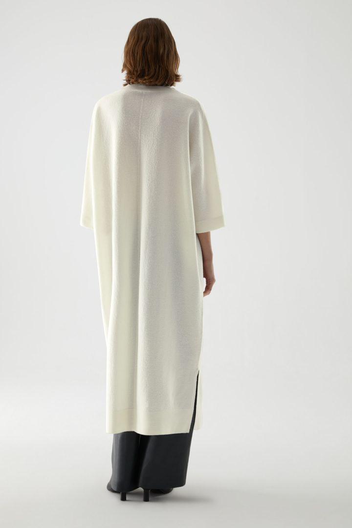 COS 메리노 울 롤넥 니티드 맥시 드레스의 오프 화이트컬러 ECOMLook입니다.