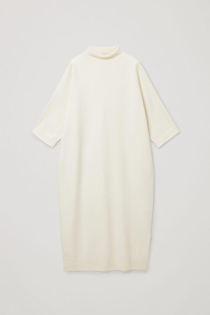 COS 메리노 울 롤넥 니티드 맥시 드레스의 오프 화이트컬러 Product입니다.