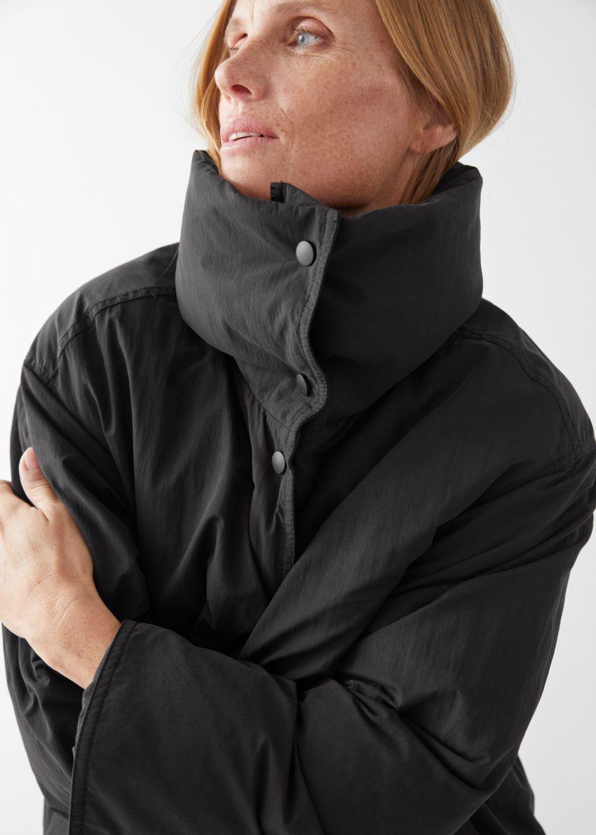 앤아더스토리즈 오버사이즈 박시 롱 푸퍼 재킷의 블랙컬러 ECOMLook입니다.