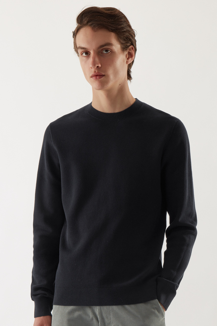 COS 오가닉 코튼 텍스쳐드 니트 스웨터의 블루컬러 ECOMLook입니다.