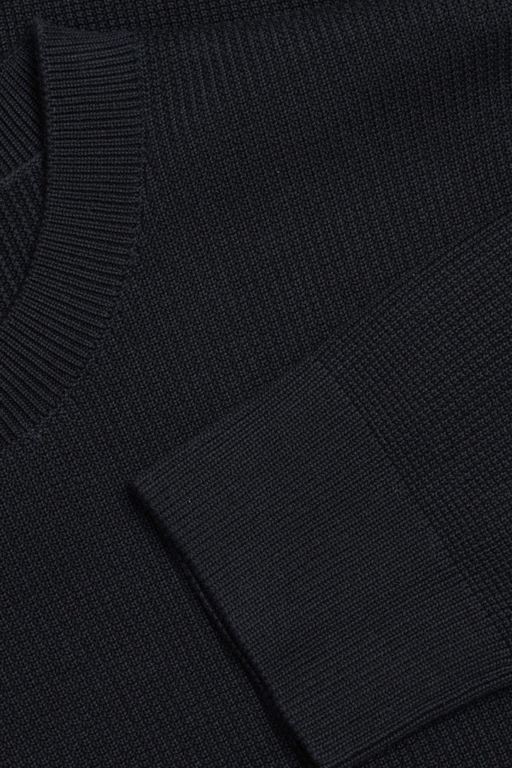 COS 오가닉 코튼 텍스쳐드 니트 스웨터의 블루컬러 Detail입니다.