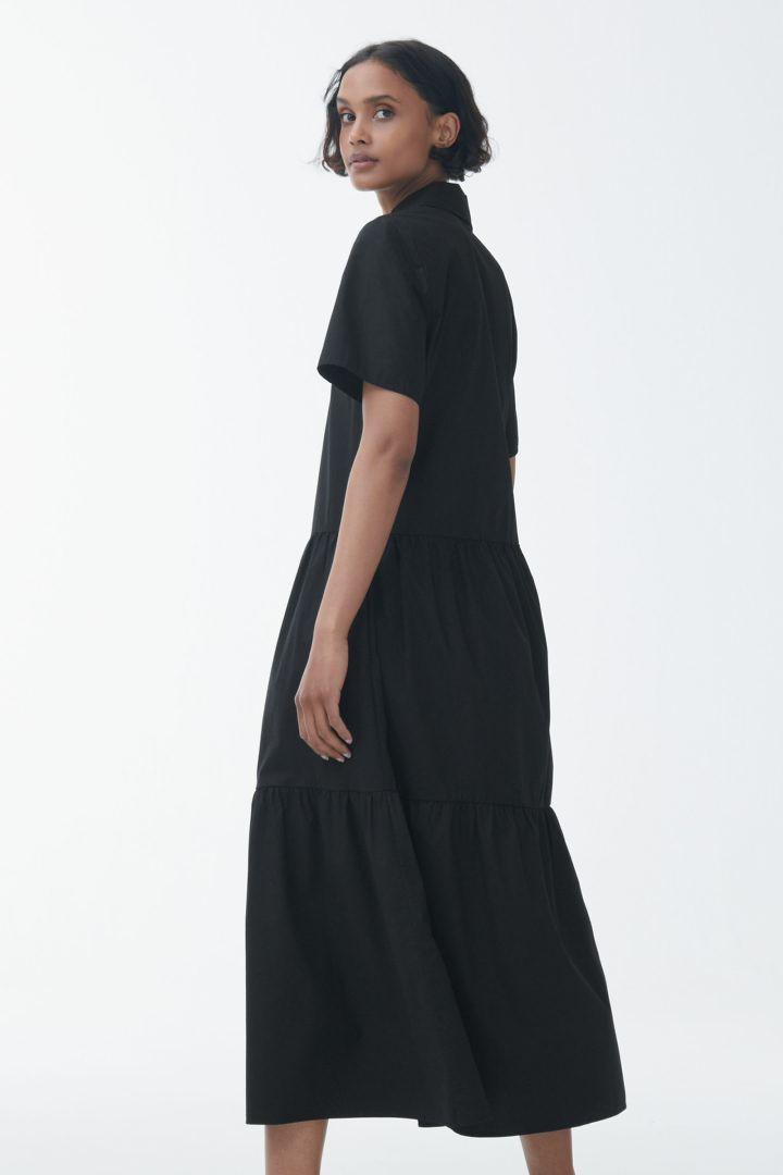 COS 개더 패널 드레스의 블랙컬러 ECOMLook입니다.