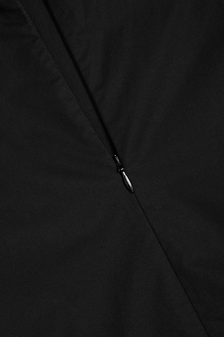 COS 개더 패널 드레스의 블랙컬러 Detail입니다.