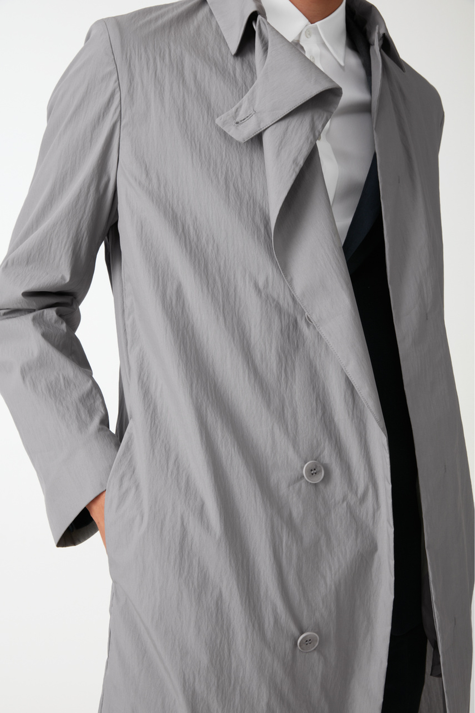 COS 코튼 트렌치 코트의 그레이컬러 ECOMLook입니다.
