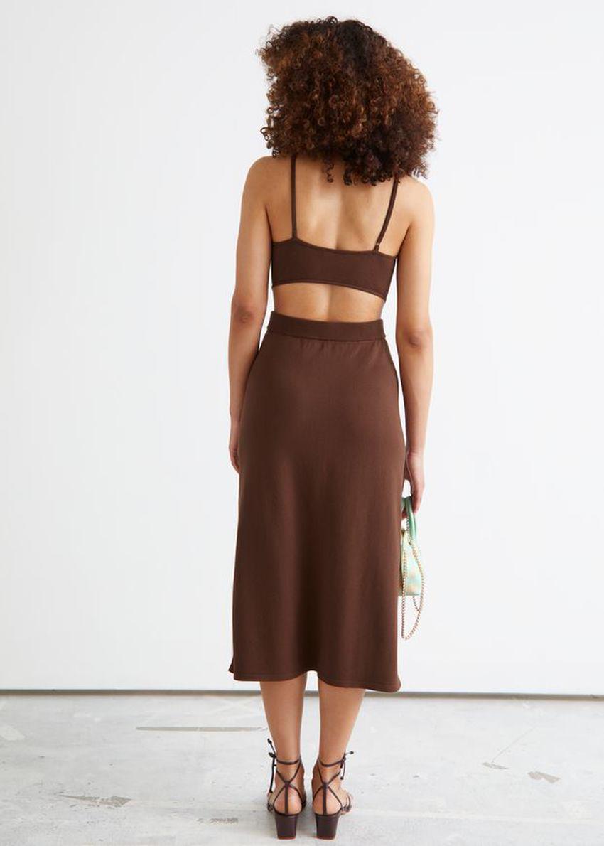 앤아더스토리즈 립 컷 아웃 미디 드레스의 다크 브라운컬러 ECOMLook입니다.