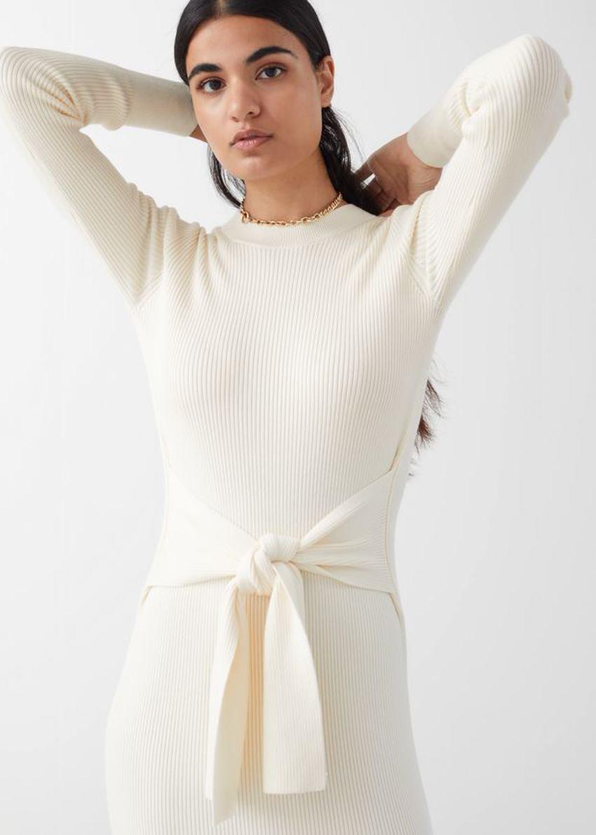 앤아더스토리즈 립 매듭 타이 벨티드 미디 드레스의 화이트컬러 ECOMLook입니다.