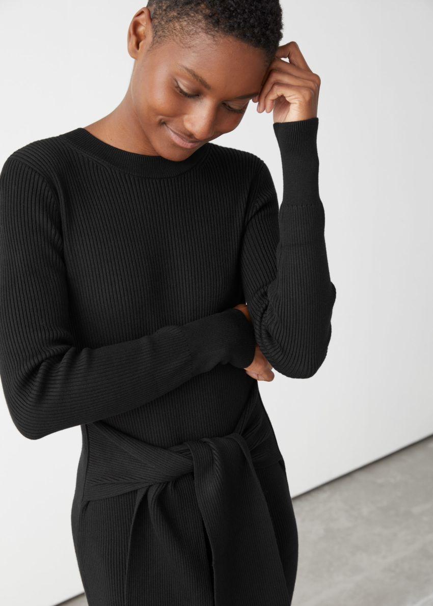 앤아더스토리즈 립 매듭 타이 벨티드 미디 드레스의 블랙컬러 ECOMLook입니다.