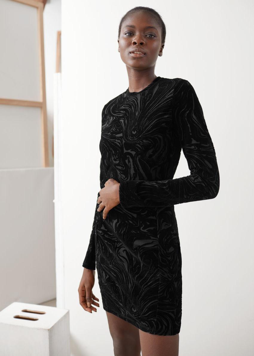 앤아더스토리즈 피티드 프린트 미니 드레스의 블랙컬러 ECOMLook입니다.