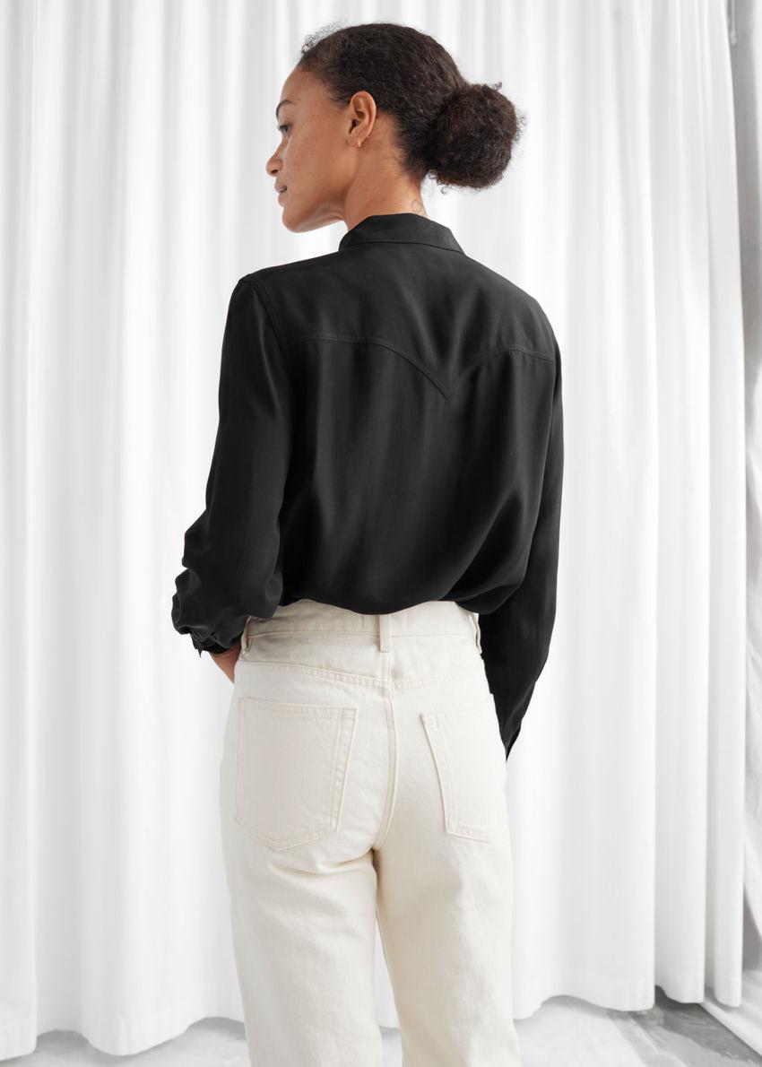 앤아더스토리즈 버튼 업 프린지 셔츠의 블랙컬러 ECOMLook입니다.