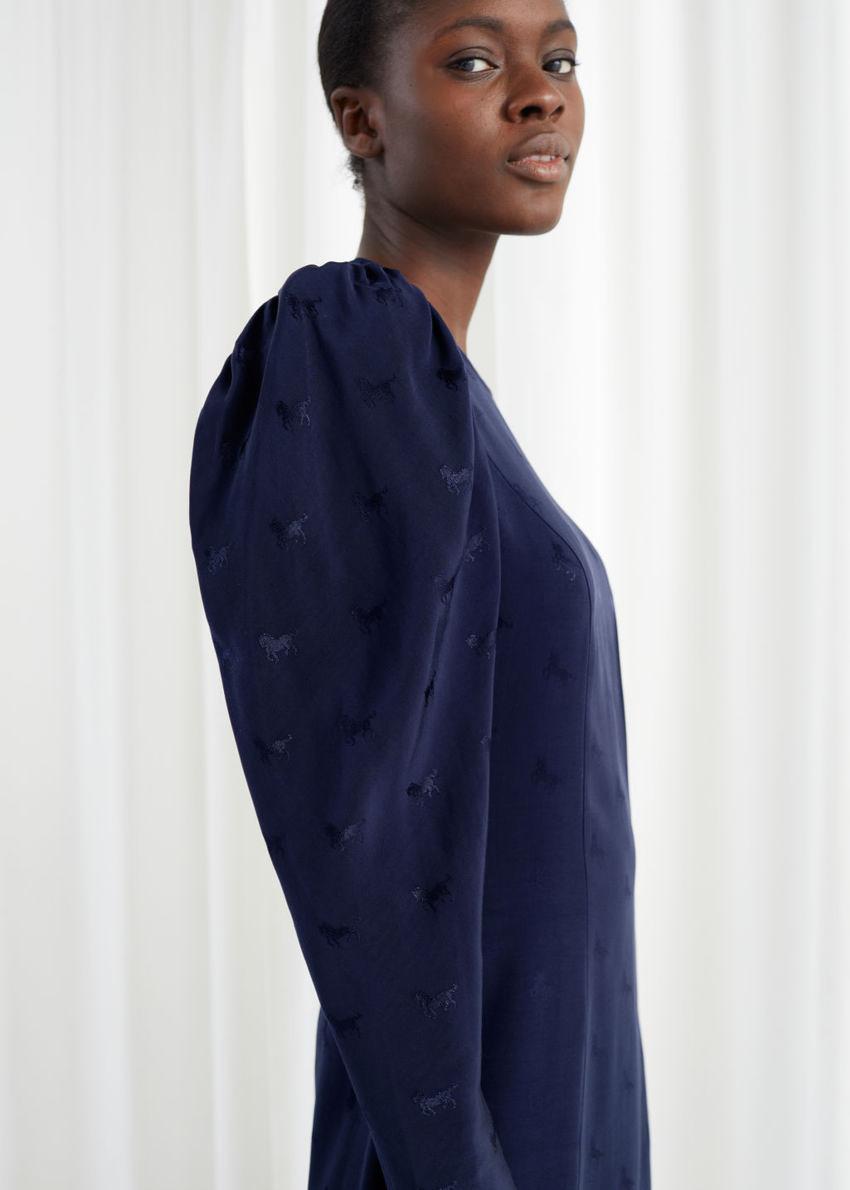 앤아더스토리즈 호스 자카드 미디 드레스의 블루컬러 ECOMLook입니다.