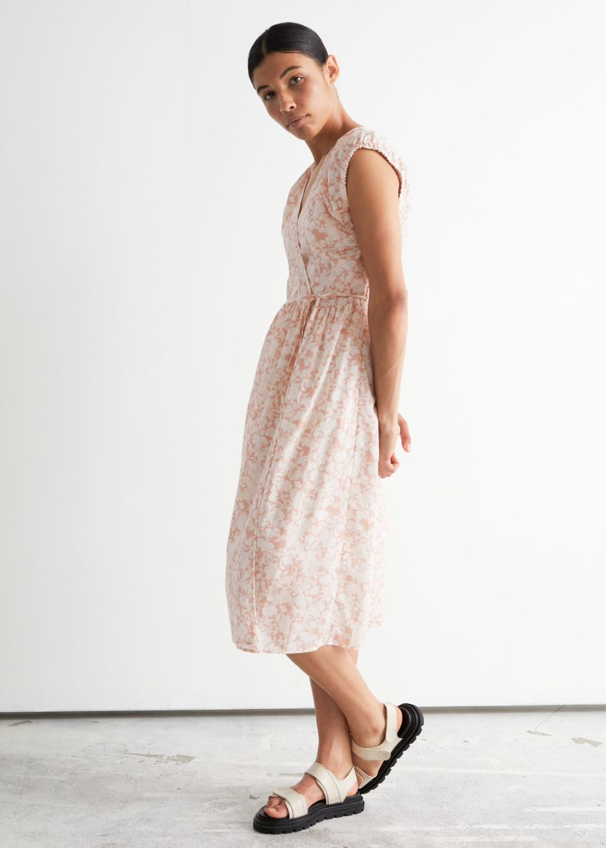 앤아더스토리즈 프린트 랩 미디 드레스의 화이트 플로럴컬러 ECOMLook입니다.